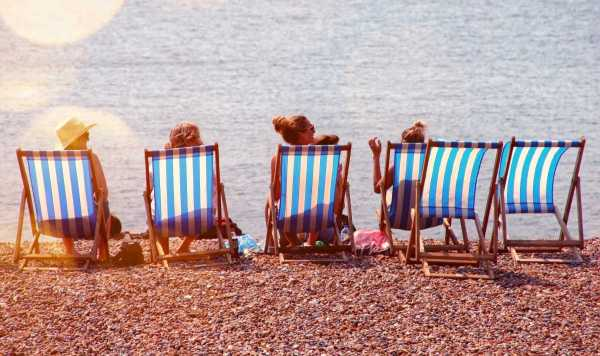 four-people-on-lounge-chairs-near-the-beach-791036
