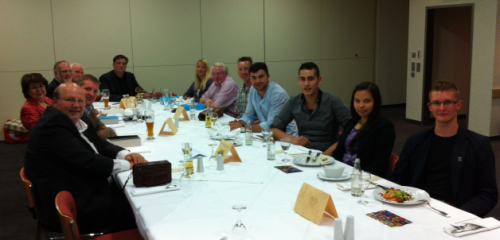 Auf dem Bild rechts die GSM-Schüler und Herr Müller sowie die Mitglieder des Lions Clubs